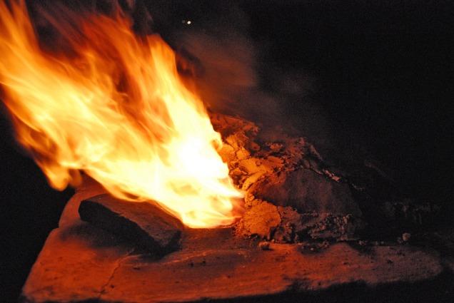 Enorm flammeutvikling i framkant av ovnen når trekken tvinges fremover på grunn av et tett topplokk, med åpninger bare i framkant.