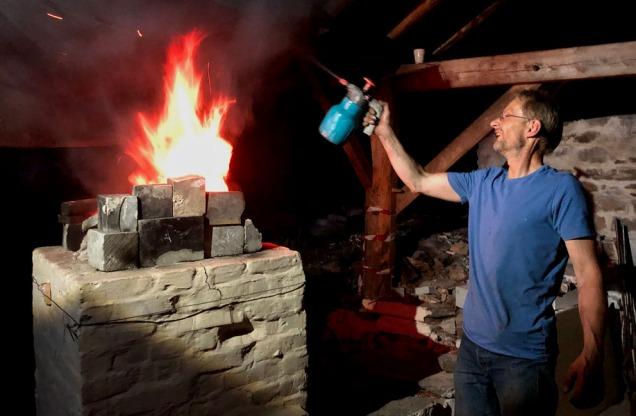 Det ble så varmt under brenningen at vi regelmessig måtte vanne brannsikringsplatene i taket over ovnen!
