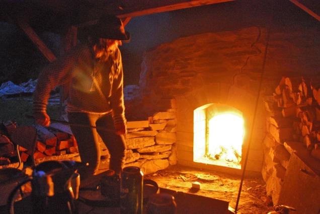 Sprengfyring på natten for å lage brentkalk! Inger-Marie Aicher Olsrud fra Riksantikvaren er på vakt. Uten samarbeidet med Riksantikvaren hadde det ikke vært mulig å brenne kalk i Hyllestad.