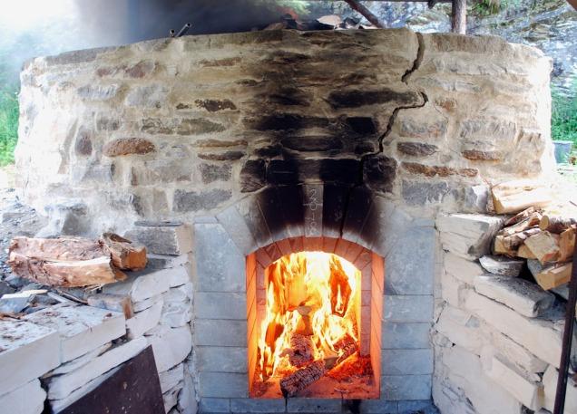 En stor sprekk har utviklet seg i fronten av ovnen. De andre sidene fikk tilsvarende sprekker under fyringen, men ingen av dem medførte noen fare.