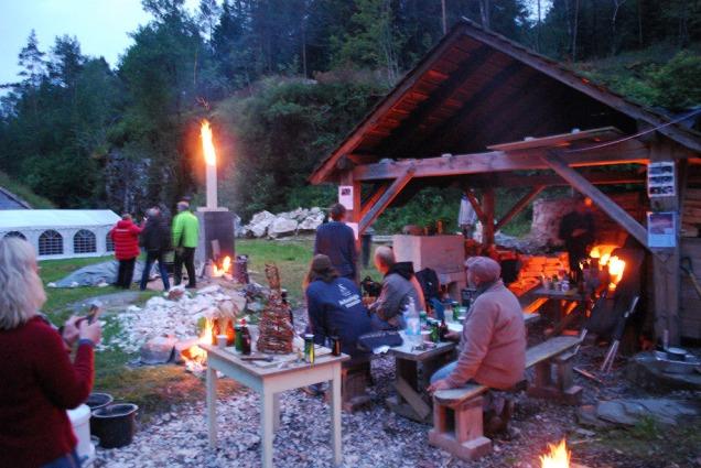 Stemning på natten når ovnene brenner i Kvernsteinsparken. Og folk fra hele Norge kommer sammen for å ta opp og videreutvikle tradisjonshåndverket kalk.
