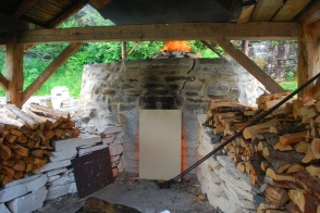 På morgenen etter første natten startet vi med å dekke ovnsåpningen med ei ildfast plate. Det fikk temperaturen opp