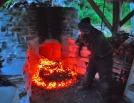 Å ta ut kull og aske fra ovnen er et hett arbeid! Heldigvis måtte vi bare gjøre dette to-tre ganger i løpet av brenningen