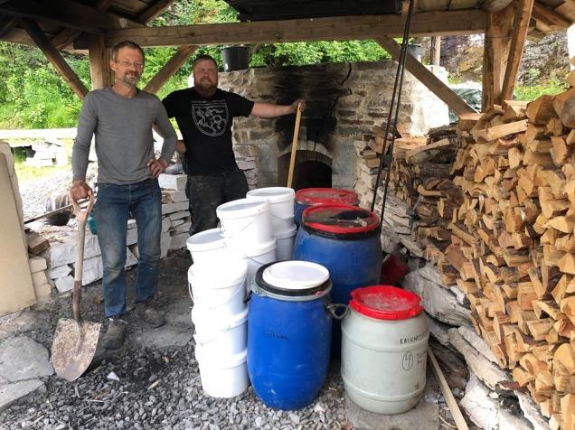 Tore Granmo, Per Storemyr og Tom Jacobsen tok jobben med å spa opp brentkalken i tønner og bøtter! Foto: Tom Jacobsen