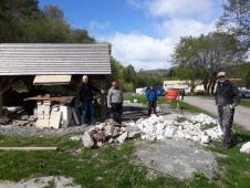 Dugnad for å fylle marmor i kalkovnen: F. v. Leif Akse, Oddvin Kverhellen, Per Christian Burhol og Terje Eilertsen