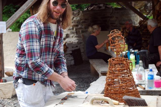 George Murphy har laget seg flettverket som skal til for å modellere en steinalderskulptur i kalk!