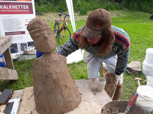George legger siste hånd på verket med steinalderskulptur av hyllestadkalk