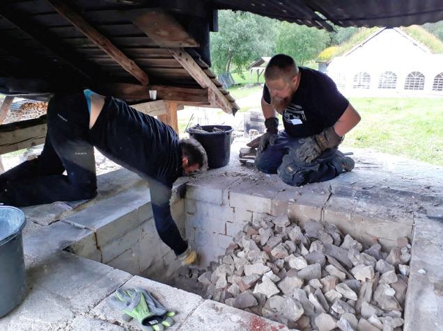 Tom Jacobsen og Tore Granmo tar drittjobben med å plukke ut dårlig brent kalk fra de fremre delene av ovnen. Hett er det - 150 grader!