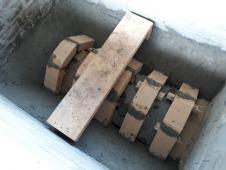 Ribbene for forsterkning av hvelvet er ferdige og sidene er pussa med leiremørtel for at ikke klebersteinen i veggene skal få skadar når temperaturen går mot 1000 grader.under arbeidet.