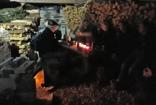 En sotet gjeng med kalkbrennere i dårlig lys på kvelden. Stemningen er det ikke noe å si på