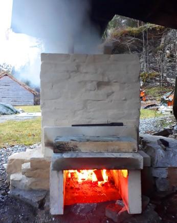 Lett fyring for å brenne av fukt i ovn og marmorladning
