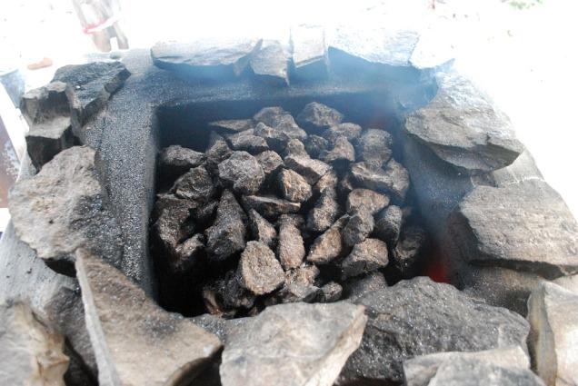 Marmorflak gjøres klar til å dekke ovnen