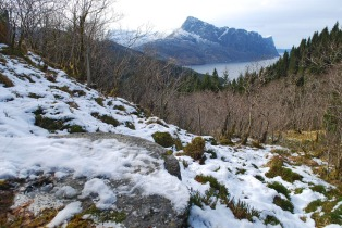 50 m frå Brukelia har du utsikt til Lihesten – frå ein gammal kvernstein! Foto: Per Storemyr