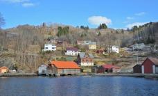 Gamle Hyllestad med Langebua i forgrunnen. Foto: Per Storemyr