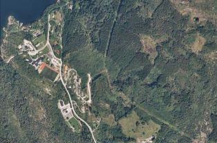 Luftfoto av Hyllestad sentrum og Hyllestadmarka i 2014. Granskog, hus og vegar pregar no landskapet! Foto: www.norgeibilder.no.