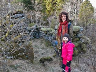 Torvbu 1 i Hyllestadmarka. Dei nedre delane av steinveggane er att. For ikkje lenge sia var det fulle veggar og tak – ei bu for å tørke torv. Foto: Per Storemyr