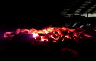Brenningen er over og topplokket er fjernet over en haug med glødende kalk.