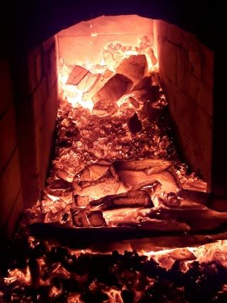 Ovnen brenner ut, med 20 glødende, nedfalte stein fra hvelvet.