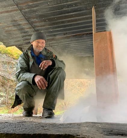 Kalkbrenner og prosjektleder Per Storemyr er fornøyd når ovnen er tent og dampen fra vannmettede stein skal ut. Foto: Tore Granmo