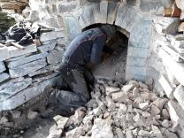 Etter at hvelvet er ødelagt ramler ladningen av brent stein ned i ovnen og kan spas ut. Kjetil i aksjon.