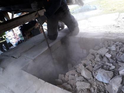 Åoenbart underbrente stein er tatt ut i framkant av ovnen og hvelvet under ødelegges med spett.