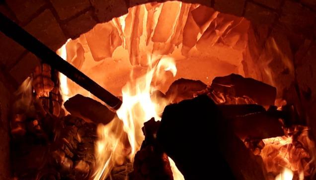 Et blikk inn i brennkammeret ved den første brenningen. Her er det over 1000 grader! Vi ser hvelvet av flate marmorblokker.
