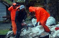 Kjetil Monstad, Tore Granmo og Haakon Aase strever med å splitte marmoren som skal opp i ovnen for brenning.