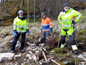 Berit Bruvik, Kjetl Monstad og Haakon Aase i full sving med å bryte ut marmorheller på Nygård i Hyllestad.
