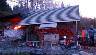 Ovnen brenner lystig ved den andre brenningen. Kvernsteinsparkens Franziska Rüttimann og nestor Torbjørn Løland i ivrig passiar.