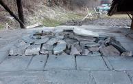 Ovnen er fylt, foran med stein som ikke skal brennes, pipa er tatt vekk, og ladningen av Hyllestadmarmor dekket av små marmorplater for å holde på varmen.