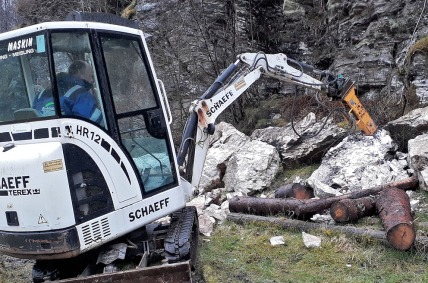 Reidar Fleten hogger opp Hyllestadmarmor med hydraulisk hammer.