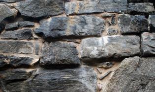 """Brent hyllestadkalk brukt imørtel for fuging ved restaureringen av middelalderske Selja kloster. Vi ser at mørtelen er lys brun. Over tid vil fargen bli noe lysere og ikke skille seg nevneverdig ut. """"Fargerike"""" mørtler var vanlige i middelalderen."""