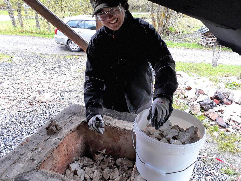 Sverre Guldberg fra Universitetet i Stavanger gliser ved uttak av Skaftåkalk fra den lille ovnen i Kvernsteinsparken: Alt gjennombrent!