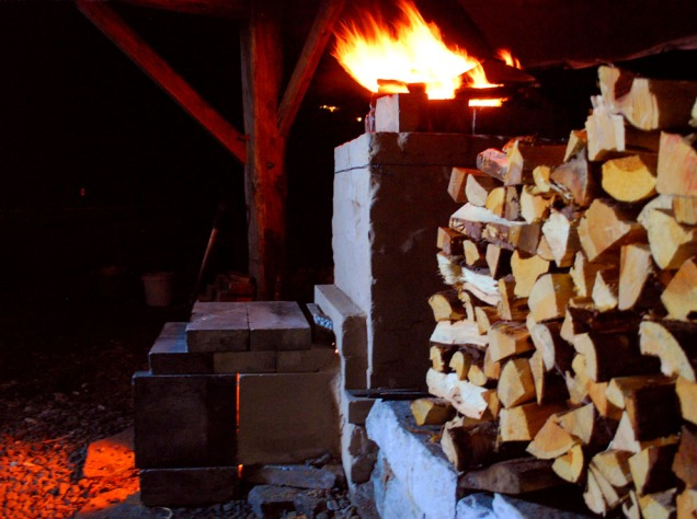"""Full fyr i ovnen midt på natten. Lgg merke til brennkammeret, som har et langt, enkelt """"forkammer"""" bygd med kleberstein. Vi setter det opp på fem minutter før hver brenning. Det gir bedre trekk."""