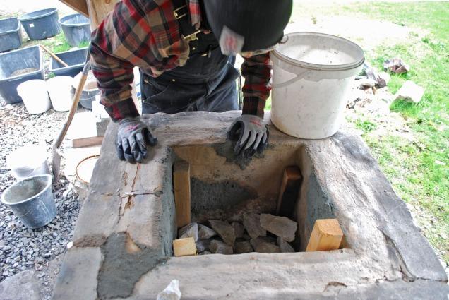 Sverre fyller ovnen med hvit marmor fra Skaftå på Osterøy