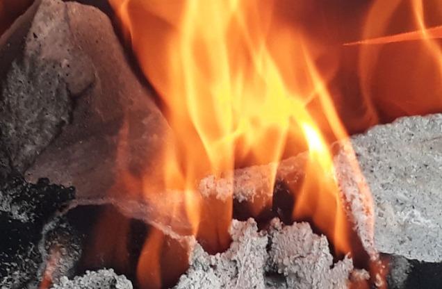 """Mot slutten av en brenning ser vi ofte at flammene """"danser"""" rolig på toppen av ovnen. Det indikerer at det nærmer seg slutten."""