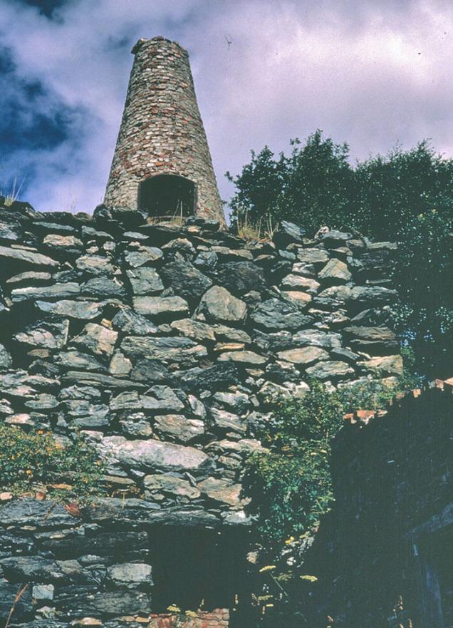 Kalkovnen på Smilla i Hyllestad i 1972. En sjaktovn av typen som var vanlig omkring 1900, ilegg av kalk og kull øverst, uttak nederst. Ovnen er i dag en ruin, men anlegget, med brudd, veier og kai er bevart. Foto av Per Bygnes i Fylkesarkivet.