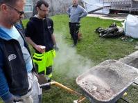 Riktig produksjon av Hotmix av Hyllestadkalk og sand startet med lesking i sand i ei trillebår