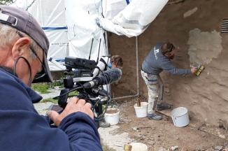 Instruktør Tore Granmo slemmer den første delen av muren, under oppsyn av NRKs kamera