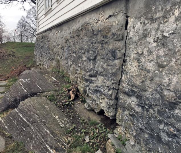Den forvitrede muren før arbeidet ble satt i gang. Foto: Åse Tveitnes