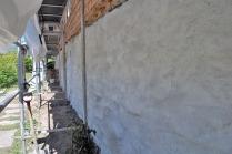Muren er nokså hvit og fin etter det første laget med hvitting