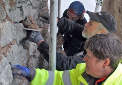 Fuger spekkes med Hyllestadkalk! I framkant: Byggherre Åse Tveitnes