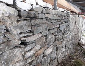 Et svært dårlig parti av muren ble demontert og oppført i tørrmur under ledelse av Haakon Aase i 2019