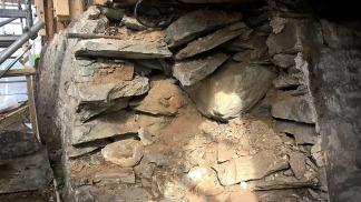 Snitt gjennom muren viser at det er jord i kjernen mellom murskallene. Fra forarbeider i 2019. Foto: Haakon Aase