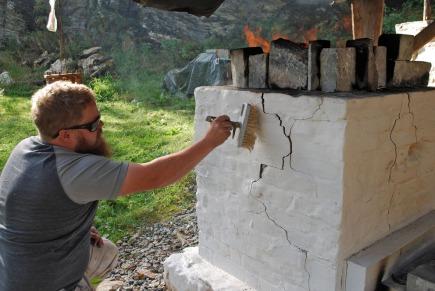 Tore tester en første hvitting med Mostrakalk mens ovnen ennå brenner