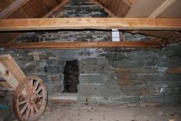 Inne i overbygget til kalkovnen med hull for mating ovenfra med kalk og kull/koks i lag
