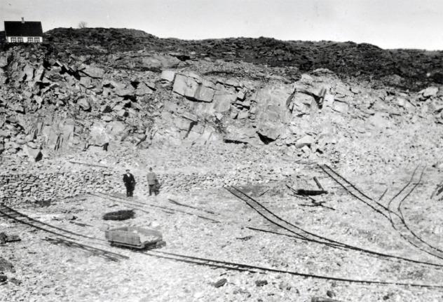 Et blikk inn i et av marmorbruddene på Bømlo omkring 1920. Kilde: Digitalt Museum - https://digitaltmuseum.no/021015588359/bruddet