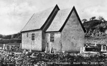Mosterhamn er historisk, med Moster gamle kirke. Her fra tidlig 1900-tall med marmorbrudd som skimtes i bakgrunnen. Kilde: Digitalt Museum - https://digitaltmuseum.no/011012831984/moster-kyrkje