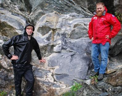 Brynjar Stautland og Tore Granmo i ferd med å velge ut Mostermarmor til brenning